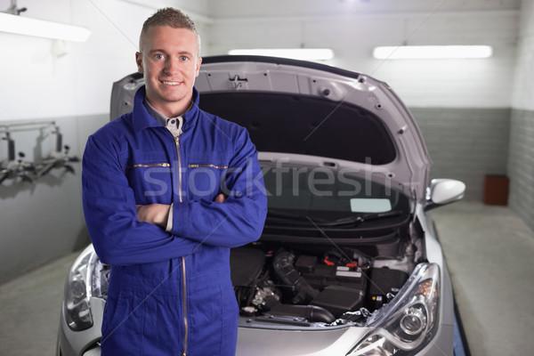 Mecánico pie los brazos cruzados garaje sonrisa feliz Foto stock © wavebreak_media