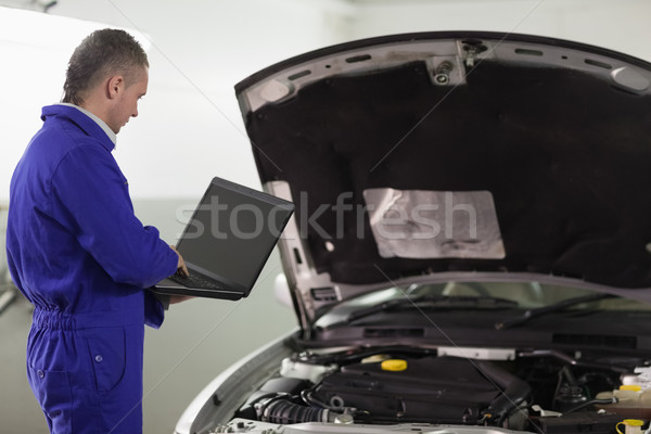 Man typen computer auto garage notebook Stockfoto © wavebreak_media