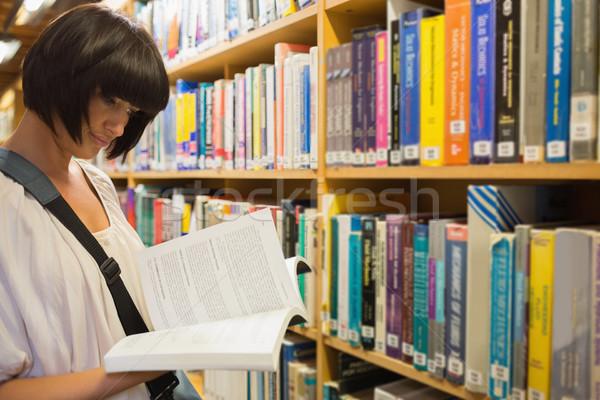 Donna lettura scaffale biblioteca lavoro studio Foto d'archivio © wavebreak_media