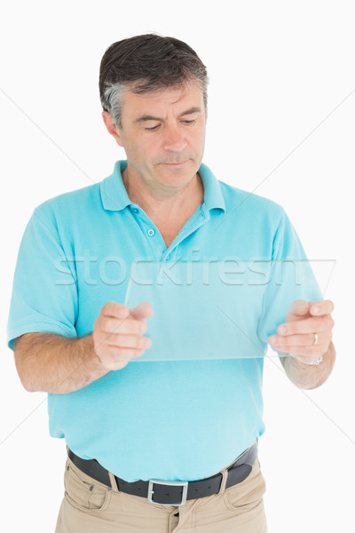 Dojrzały mężczyzna zamyślony oglądania cyfrowe tabletka uśmiechnięty Zdjęcia stock © wavebreak_media
