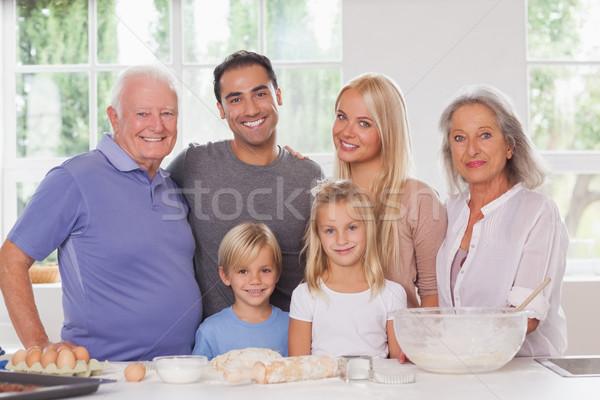 Uitgebreide familie portret glimlachend huis meisje Stockfoto © wavebreak_media