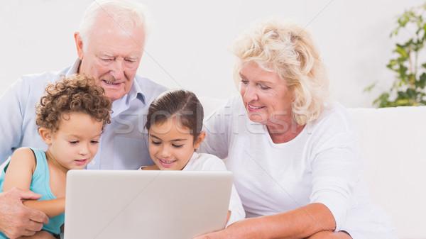 Abuelos ninos usando la computadora portátil sofá ordenador mujer Foto stock © wavebreak_media