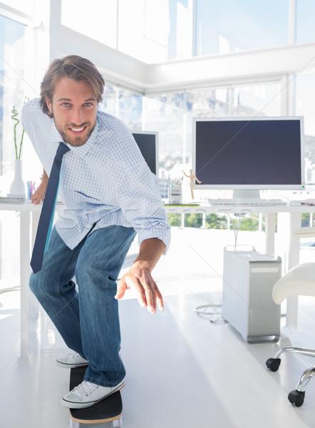 ストックフォト: 従業員 · スケート · オフィス · シャツ · ネクタイ · コンピュータ