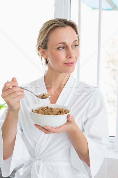 Mujer sonriente albornoz cereales casa cocina mujer Foto stock © wavebreak_media