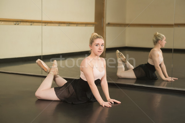Bella ballerina posa specchio dance studio Foto d'archivio © wavebreak_media