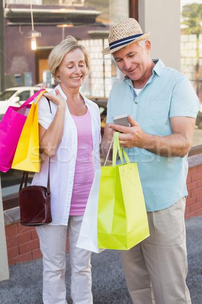 Gelukkig volwassen paar naar smartphone samen Stockfoto © wavebreak_media