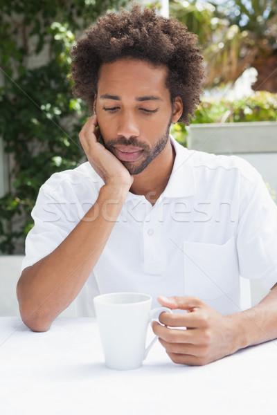 Nadenkend man koffie buiten coffeeshop mannelijke Stockfoto © wavebreak_media