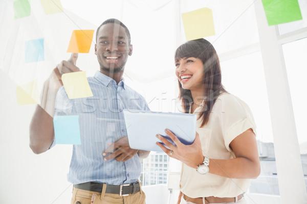 笑みを浮かべて チームワーク 読む 付箋 タブレット オフィス ストックフォト © wavebreak_media