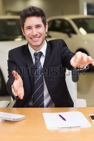 Sorridente vendedor documento Foto stock © wavebreak_media
