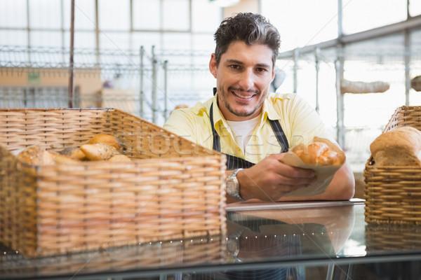 Glimlachend server schort brood bakkerij Stockfoto © wavebreak_media