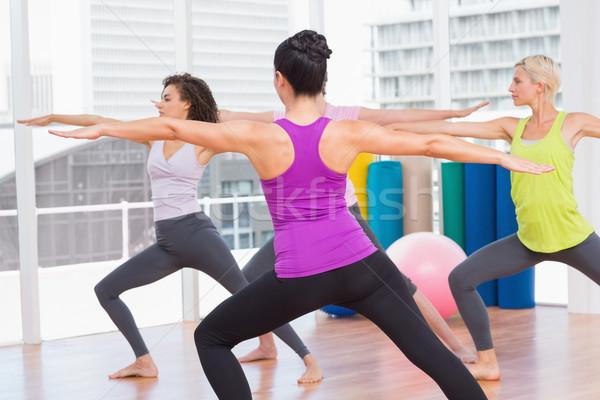 Vrienden oefenen krijger pose gymnasium vrouwelijke Stockfoto © wavebreak_media