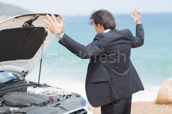 Gniew biznesmen patrząc silnika samochodu człowiek Zdjęcia stock © wavebreak_media