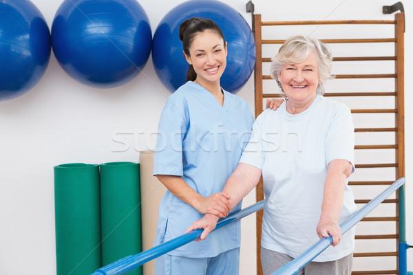 Starszy kobieta terapeuta patrząc kamery fitness Zdjęcia stock © wavebreak_media