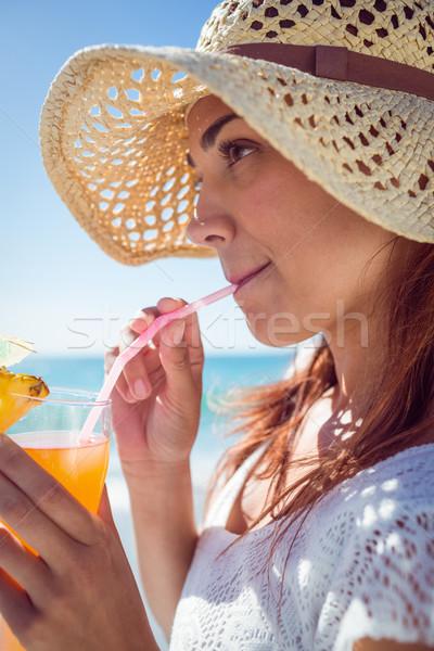 Brunette strohoed drinken cocktail strand Stockfoto © wavebreak_media