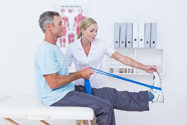 Arts onderzoeken patiënt Maakt een reservekopie benen medische Stockfoto © wavebreak_media