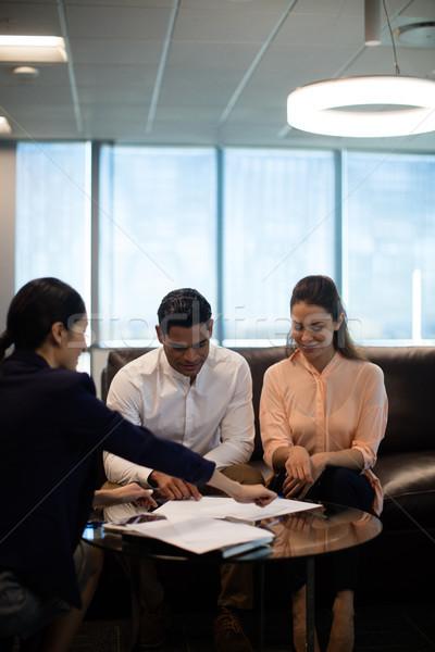 üzletasszony magyaráz tervek kollégák ül kanapé Stock fotó © wavebreak_media