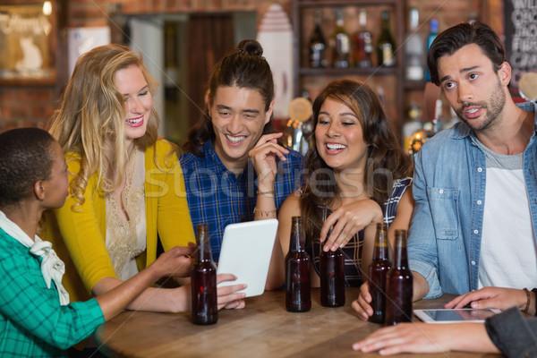 Boldog barátok sör üvegek digitális tabletta Stock fotó © wavebreak_media