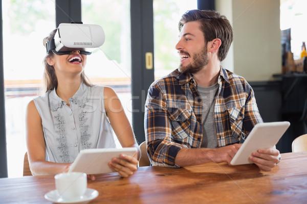 Hombre mirando amigo virtual realidad Foto stock © wavebreak_media