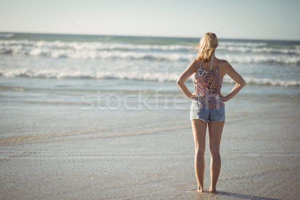 Mulher em pé mãos quadril praia Foto stock © wavebreak_media