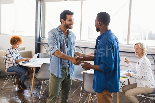 Gelukkig zakenlieden handen schudden creatieve kantoor jonge Stockfoto © wavebreak_media
