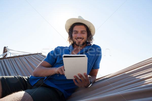 Boldog férfi digitális tabletta függőágy tengerpart Stock fotó © wavebreak_media