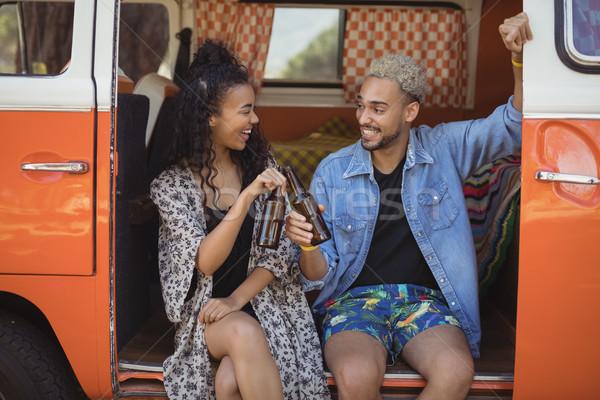 Szczęśliwy znajomych piwa van uśmiechnięty Zdjęcia stock © wavebreak_media