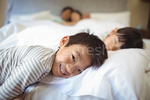 Foto stock: Irmãos · adormecido · cama · quarto · casa · criança