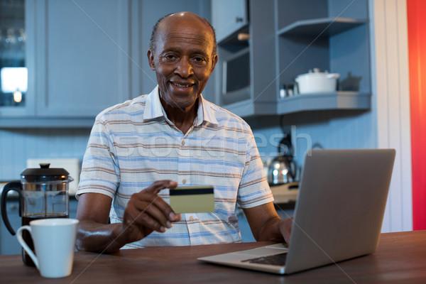 Portré férfi tart hitelkártya laptopot használ otthon Stock fotó © wavebreak_media