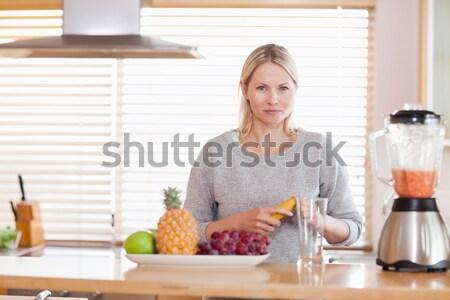 Foto stock: Mujer · sonriente · mesa · cocina · alimentos · casa · frutas