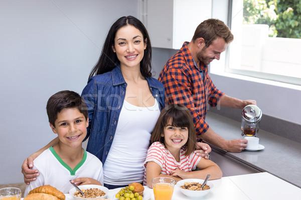 Família feliz cozinha mulher menina feliz criança Foto stock © wavebreak_media