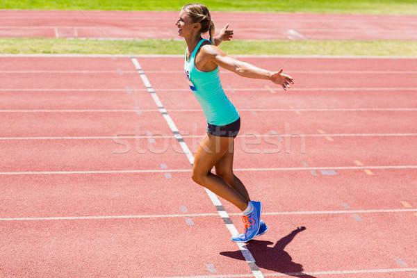 Heyecanlı kadın atlet poz zafer yarış Stok fotoğraf © wavebreak_media
