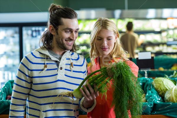 Feliz casal olhando funcho orgânico seção Foto stock © wavebreak_media