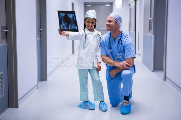 Sorridere ragazza medico guardando Xray corridoio Foto d'archivio © wavebreak_media