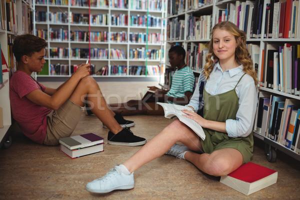 Figyelmes osztálytársak tanul könyvtár iskola lány Stock fotó © wavebreak_media
