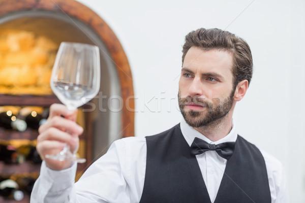 Masculino garçom copo de vinho restaurante vazio Foto stock © wavebreak_media
