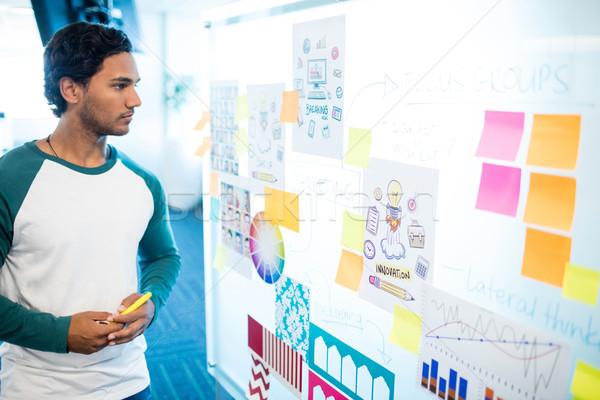 Homem olhando notas gráficos escritório Foto stock © wavebreak_media