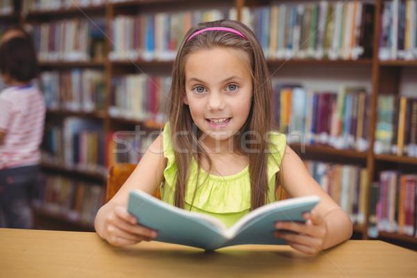 Leitura livro secretária biblioteca menina feliz Foto stock © wavebreak_media