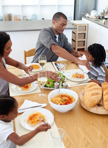 Vrolijk familie dining samen keuken man Stockfoto © wavebreak_media