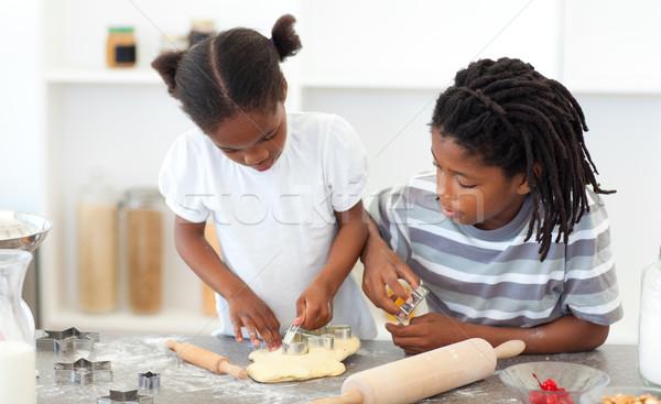 Koncentrált fivér lánytestvér főzés kekszek konyha Stock fotó © wavebreak_media