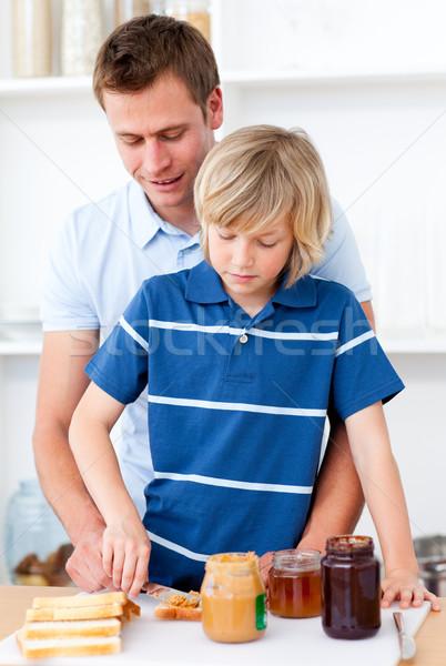 Stok fotoğraf: özenli · baba · yardım · oğul · kahvaltı · mutfak