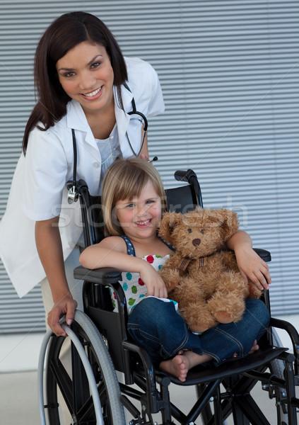 Dziewczynka wózek miś uśmiechnięty biuro Zdjęcia stock © wavebreak_media