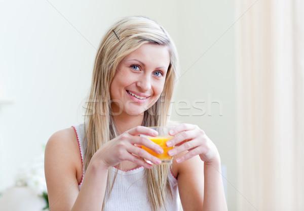 Portret vrolijk vrouw drinken sinaasappelsap woonkamer Stockfoto © wavebreak_media