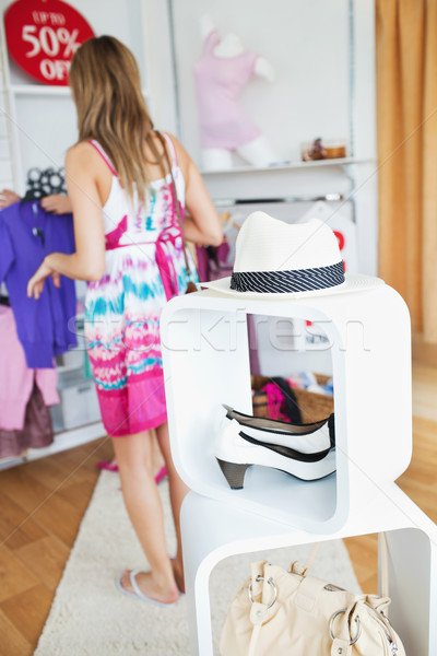Aranyos nő kiválaszt ruházat bolt nők Stock fotó © wavebreak_media