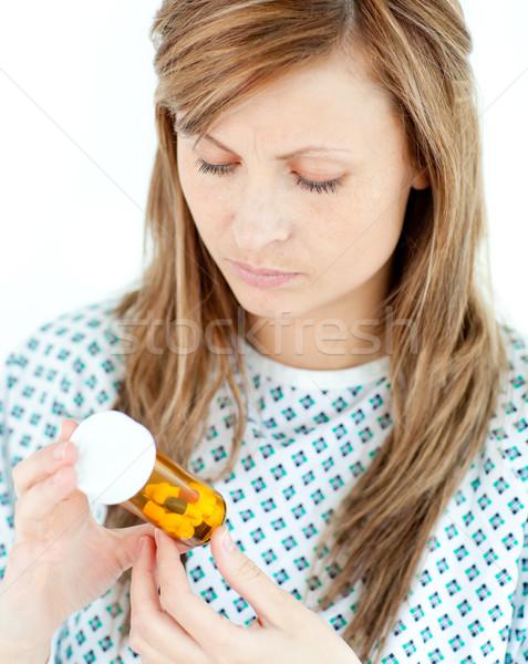 Konsantre kadın hasta bakıyor hapları beyaz Stok fotoğraf © wavebreak_media