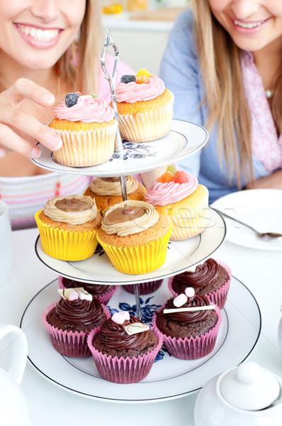 Közelkép kettő női barátok eszik sütemények Stock fotó © wavebreak_media