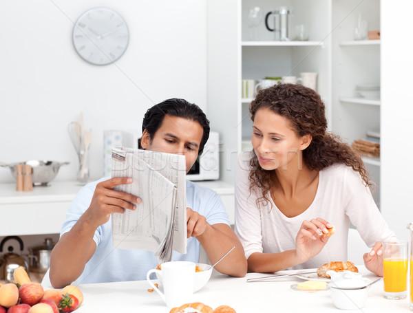 Feliz casal leitura jornal juntos café da manhã Foto stock © wavebreak_media
