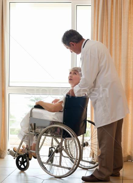 Orvos beteg néz ki ablak űr Stock fotó © wavebreak_media