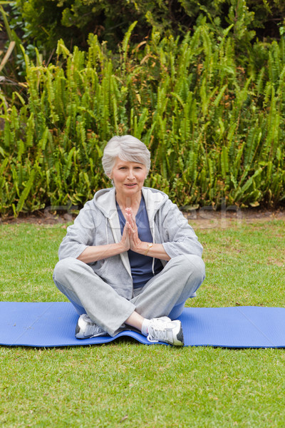 Nyugdíjas nő gyakorol jóga kert mosoly Stock fotó © wavebreak_media