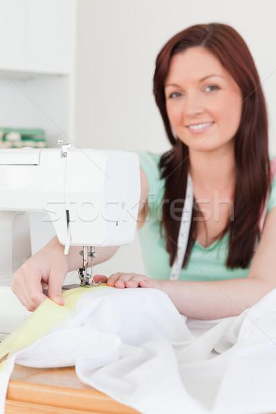 Goed kijken vrouwelijke naaimachine woonkamer vrouw werk Stockfoto © wavebreak_media