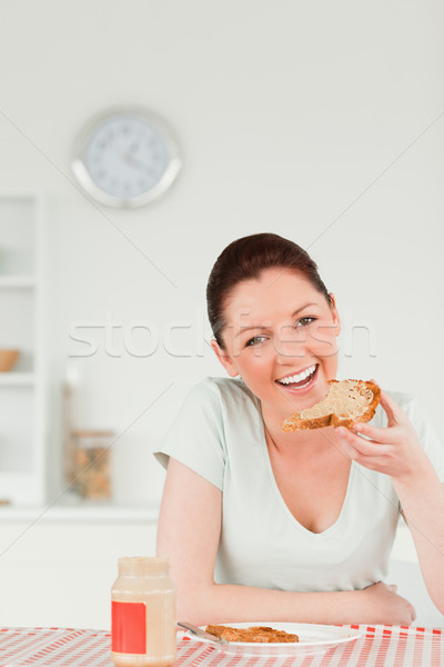 Jól kinéző női szelet kenyér konyha ház Stock fotó © wavebreak_media